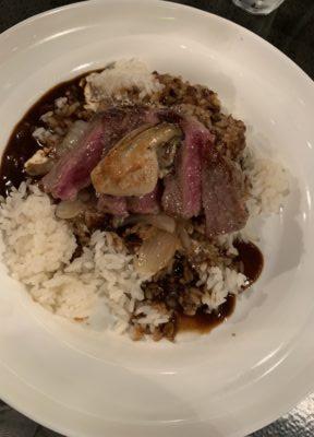 「牛と牡蠣のステーキのせ黒いカレーライス」