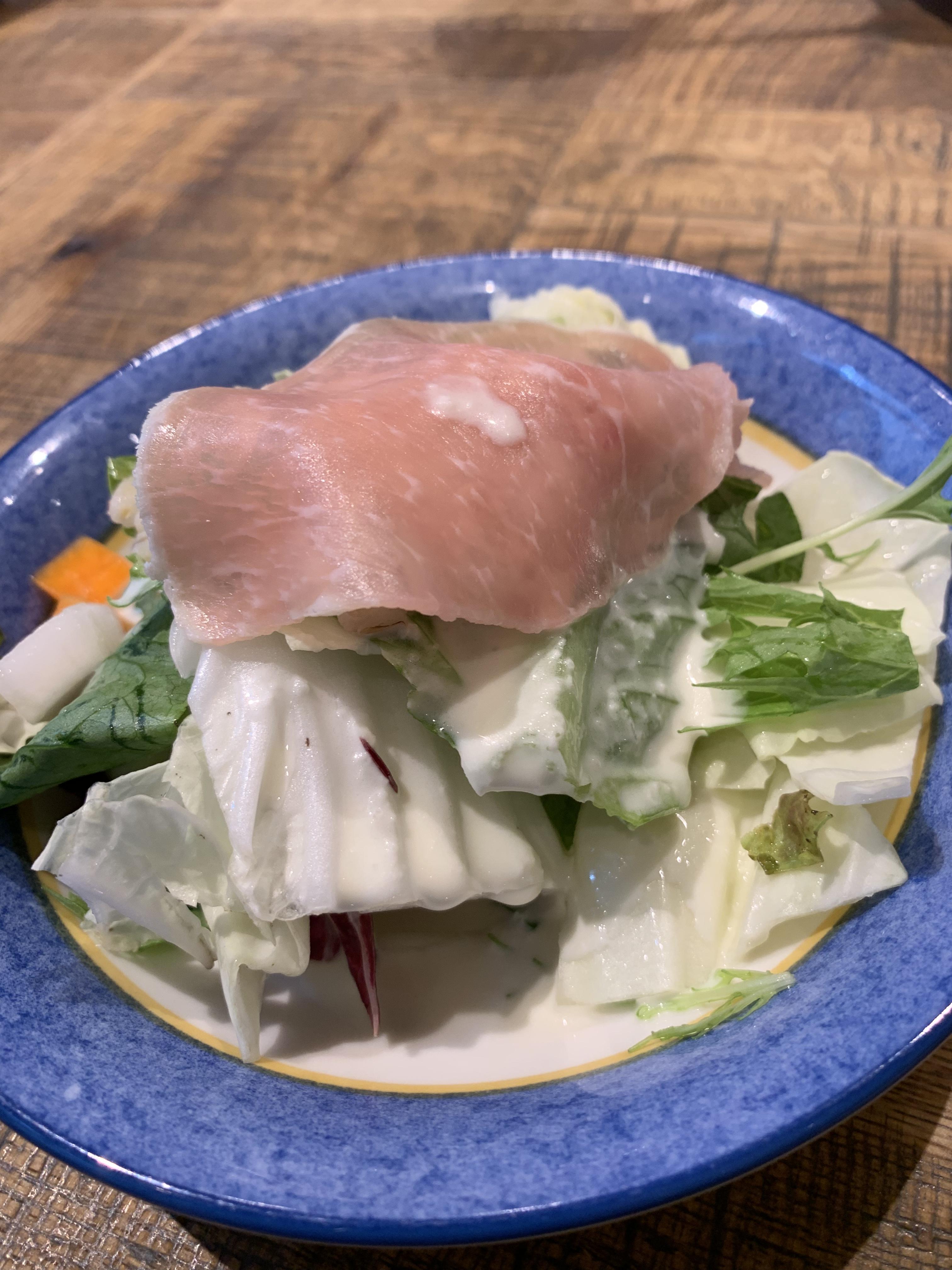 デリリウムカフェ 銀座のランチ「アンガス牛ステーキ&イベリコ豚の低温ローストのお肉2種盛りプレートのサラダ 1,200円(税込)」